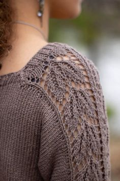 knitting inspiration Inspired by beautiful beech trees, this pullover is perfect for the transition from summer to autumn. It features gorgeous lace panels reminiscent of beech le Sweater Knitting Patterns, Lace Knitting, Knit Patterns, Knit Crochet, Bridal Shrug, Universal Yarn, Lace Sleeves, Pulls, Free Pattern