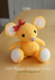 Buttons, a little mouse, found on : http://www.littlemuggles.com/free-patterns/free-baby-mouse-pattern/