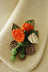 Truly beautiful zipper art and felt flower corsage Zipper Flowers, Yarn Flowers, Zipper Jewelry, Fabric Jewelry, Ribbon Flower Tutorial, Bow Tutorial, Zipper Crafts, Fabric Brooch, Crafts