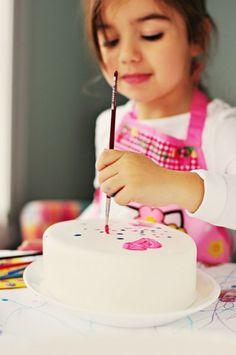 Descubre las técnicas para pintar sobre fondant y convertir tus tartas en una…