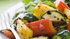 Ensalada de verduras asadas con aderezo de aguacate