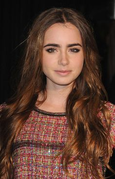 http://www.lily-collins.org/gallery/albums/Events/2011/2011%2002%2026%20Chanel%20Pre-Oscar%20Dinner/MQ_010.jpg