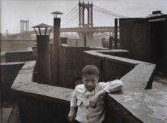 Уолтер Розенблюм.  Мальчик на крыше. 1950.  Цифровая печать.  Фотоархив Розенблюма