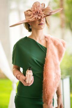 Pamela nude con lazada de seda Colección British Royal de Gema Juarez Milliner Foto. Rocio Berrio Millinery Hats, Love Hat, Give It To Me, Winter Hats, Dress Up, Women Wear, Feminine, Classy, Stylish