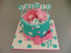 I like the dots on the oan around the cake.  fondant birthday cakes for girls -