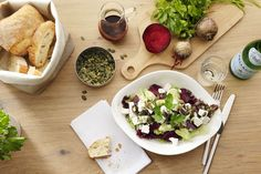 INSALATA ROSSO BIANCO   Knackiger Salat-Mix mit roter Bete, aromatischem Feta, gerösteten Kürbiskernen und Kürbiskernöl, dazu unser hausgemachtes Balsamico-Dressing.