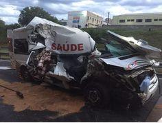 Acidente com ambulância na Rondon deixa 6 pessoas feridas - Um acidente envolvendo uma ambulância e um caminhão deixou seis pessoas feridas, no início da manhã desta segunda-feira (19), na altura do quilômetro 340 mais 500 metros, na rodovia Marechal Rondon (SP-300), em Bauru.  Na ambulância estavam o motorista com cinco pacientes. Eles saíram de Bilac co - http://acontecebotucatu.com.br/policia/acidente-com-ambulancia-na-rondon-deixa-6-pessoas-feridas/