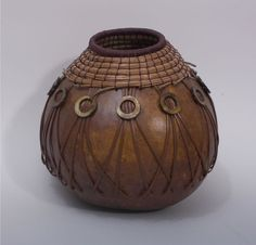 Brown Gourd with Woven Leather and Coiled Pine Needle par TxWeaver