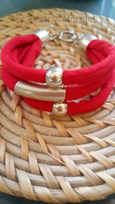 pulsera trapillo … Rope Jewelry, Leather Jewelry, Metal Jewelry, Jewelry Art, Beaded Jewelry, Jewelery, Leather Bracelets, Jewelry Necklaces, Yarn Bracelets