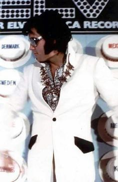 """Elvis gives a press conference at the conclusion of his Aug/Sept run at the Las Vegas Hilton, to announce his upcoming satellite concert """"Aloha From Hawaii"""" Lisa Marie Presley, Priscilla Presley, King Elvis Presley, Elvis Presley Family, Rock And Roll, Elvis Aloha From Hawaii, Elvis Presley Pictures, Elvis In Concert, Burning Love"""