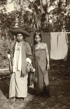 old-indische: Native Batak Girls ~Sumatra ~ Indonesia ~ Old Pictures, Old Photos, Vintage Photos, Vintage Portrait, Indonesian Women, Dutch East Indies, Historical Pictures, Borneo, Black People