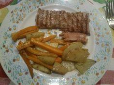 Trancio di tonno cotto alla griglia con carote e patate cotte al forno