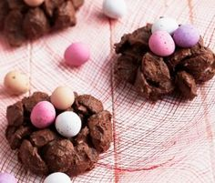 Easter Milo Nests: Delightful, crispy chocolate nests filled with Easter eggs that the kids and adults will love! Chocolate Nests, Easter Chocolate, Chocolate Desserts, Baking Recipes, Dessert Recipes, Easter Recipes, Easter Eggs, Food And Drink, Corner