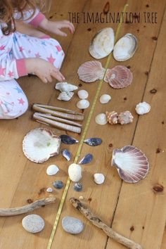 Symmetry and Pattern making with natural materials in hands-on learning (via the Imagination Tree) Early Years Maths, Early Math, Early Learning, Reggio Emilia, Outdoor Education, Outdoor Learning, Early Education, Nature Activities, Learning Activities