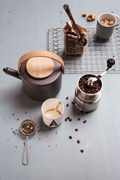 Koffietijd met deze mokken en theekan | Coffee time! These mugs and teapot | Photographer Dana van Leeuwen | Styling Anke Helmich | vtwonen shop catalog Autumn 2015