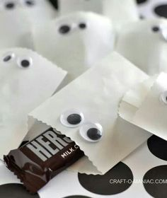 Craft-O-Maniac: Paper Ghost Favor Bags -- So cute and doable for school give-away at Halloween. You could even put non-candy treats inside! great for parties Halloween Candy Crafts, Halloween Goodie Bags, Healthy Halloween Treats, Halloween Treats For Kids, Halloween Favors, Halloween Night, Cute Halloween, Holidays Halloween, Halloween Themes