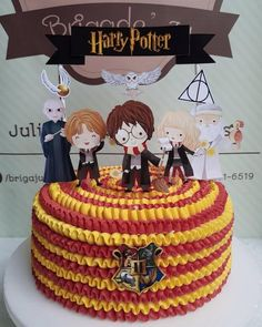 bolo harry potter simples Harry Potter Diy, Pastel Harry Potter, Harry Potter Theme Cake, Harry Potter Motto Party, Gateau Harry Potter, Harry Potter Thema, Harry Potter Party Decorations, Harry Potter Scarf, Harry Potter Birthday Cake