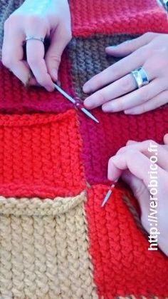 Tut af et uldet patchwork fødselsdække Loom Crochet, Plaid Crochet, Loom Knitting, Knitting Stitches, Baby Knitting, Knitting Patterns, Crochet Patterns, Knitted Afghans, Knitted Blankets
