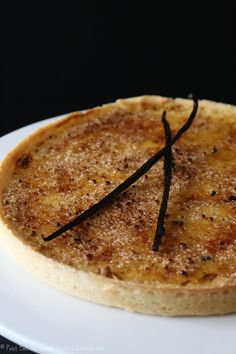 Une délicieuse et fondante Tarte à la crème brûlée .   Un accord parfait entre la gourmandise et ces 2 desserts que sont la crème brûlée ...