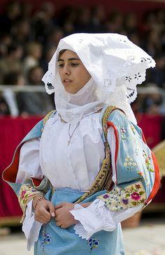 Costume di Sennori.   Credo che L'unicità del costume sardo stia nella sua capacità di rappresentare un popolo, esaltando la peculiarità di ogni regione. Riconoscerei un costume sardo ovunque, eppure quanto sono differenti fra loro i nostri Costumi! La moda deve riflettere su questo.