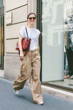 Jo Ellison in a white t-shirt and beige pants. Look Street Style, Street Chic, Casual Chic, Spring Summer Fashion, Spring Outfits, Looks Style, My Style, Daily Style, Beige Hose