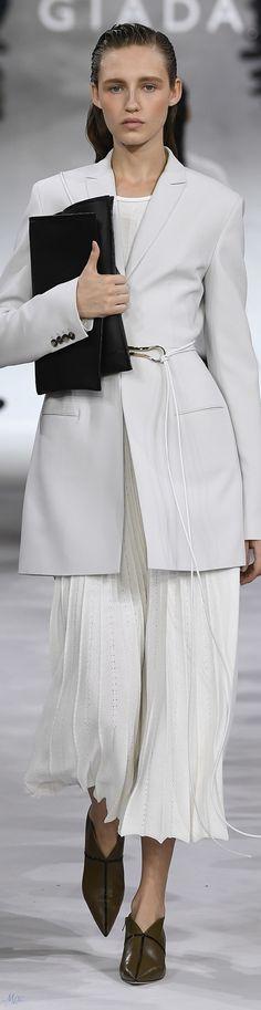 Giada Spring 2019 Ready-to-Wear Collection Italian Fashion, Timeless Fashion, Classic Chic, Black White Red, Fashion Labels, Pretty Woman, Spring Fashion, Ready To Wear, Womens Fashion