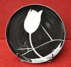Robert Mapplethorpe, TULIPE  Assiette en porcelaine signée.  Diam. 21cm