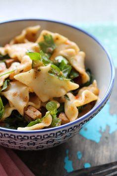 Nem pastasalat med røget tofu og ærteskud