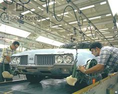 1970 Oldsmobile 442 Holiday Coupe pinstripes being hand painted on the assembly line! Old School Muscle Cars, Best Muscle Cars, American Muscle Cars, Hurst Oldsmobile, Oldsmobile Cutlass, Vintage Cars, Vintage Photos, An Aeroplane, Old Gas Stations