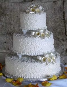 style of wedding cake, with 2 finger breadth columns and bezeled edge