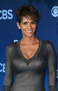 Halle Berry Photos - Halle Berry visits 'The Tonight Show Starring Jimmy Fallon' at Rockefeller Center on July 2014 in New York City. - Halle Berry Visits 'The Tonight Show' Celebrity Pixie Cut, Celebrity Beauty, Pictures Of Halle Berry, Halle Berry Images, Short Hair Cuts, Short Hair Styles, Pixie Cuts, Hally Berry, Halle Berry Hot