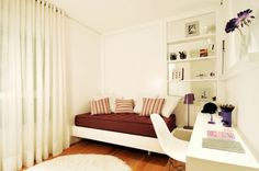 No quarto da menina, o mobiliário de madeira foi projetado pelo escritório da arquiteta Elaine Carvalho. Com base branca, o ambiente ganha cores nos detalhes. O apartamento de 150 m² fica no bairro do Cambuí, em Campinas (SP)