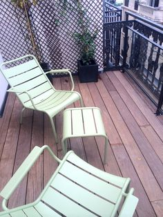 La terrasse du New Hotel Roblin accompagnée de son olivier Outdoor Chairs, Outdoor Furniture, Outdoor Decor, Style Parisienne, Location, Sun Lounger, Home Decor, Olive Tree, Terrace