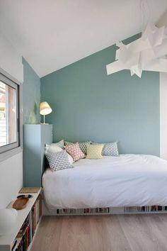 Daphné Décor&Design: inspirations et avantages pour delimiter l'espace avec de la peinture graphique,  espace lit et mur plafond pente mis en valeur