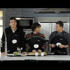 """Los conocidos humoristas Goma Espuma, dúo cómico formado por Juan Luis Cano y Guillermo Fesser, cocinan junto con Ramón Freixa, chef Estrella Michelín, en el programa """"Cena de gala""""."""