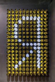 panel de composicion de botellas en tienda de vinos