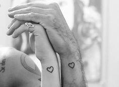 Tatuaggi di coppia: cuoricini stilizzati per coppie innamorate