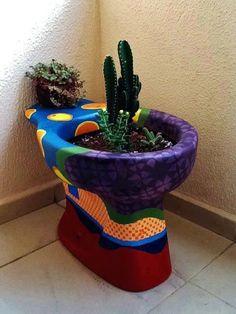 Com um pouco de criatividade, vasos sanitários antigos podem ser transformados em um inusitado vaso. #reaproveitamento #jardim #plantar
