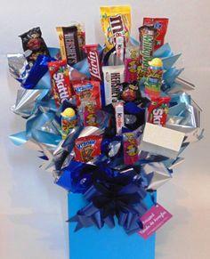 Funny Blue Incluye: - 2 Chocolates Hershey´s - 1 Chocolate Larín - 1 Milky Way - 1 M&M´s - 2 Kinder - 2 Rockaleta Mini - 3 Mini Kranky - 4 Dedo Indy - 2 Skittles - 2 Pelucas - Caja - Tarjeta y Moño