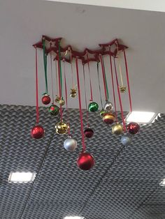 In this DIY tutorial, we will show you how to make Christmas decorations for your home. The video consists of 23 Christmas craft ideas. Christmas Balls, Christmas Art, Christmas Projects, Christmas Wreaths, Christmas Ornaments, Diy Wall Decor, Home Decor Wall Art, Christmas Floral Arrangements, 242