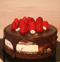 Strawberry chocolate cake with whipped cream filling and strawberries  http://passionecupcakes.blogspot.it/