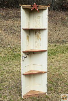Primitif vieille porte et étagère d'angle par ExtensionCordCreatio