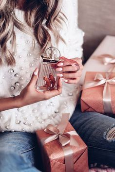 Ultimate Holiday Gift Guide - Chloe Love Story perfume #gifts #giftideas #love Holiday Gift Guide, Holiday Gifts, Marc Jacobs, Viva Luxury, Moda Outfits, Celebrity Perfume, Little Presents, Dolce E Gabbana, Best Perfume