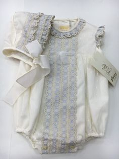 DOREZ Pelele encaje celeste+ capota Night Suit, Christening Gowns, Heirloom Sewing, Baby Shirts, Baby Sewing, Boy Fashion, Baby Dress, Boy Outfits, Doll Clothes