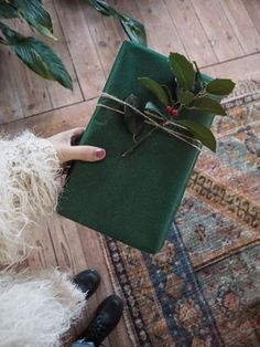 Christmas gift wrapping ideas The Effective Pictures We Offer You About Wrapping gesund A quality picture can tell you many … Wrapping Ideas, Present Wrapping, Creative Gift Wrapping, Creative Gifts, Green Christmas, Christmas Gifts, Green Wrapping Paper, Wrapping Papers, Diy Gifts