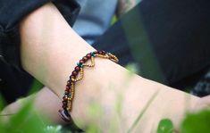 Ethno inspirierte Accessoires sind genau dein Ding? Mit ein paar Perlen und Knoten kannst du dir ein hippie-haftes Schmuckstück für die Füße selberbasteln.