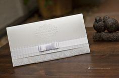 Convite elegante com monograma exclusivo em relevo seco.