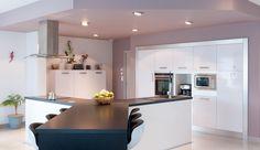Cuisine épurée avec îlot en Y réalisée par le cuisiniste Arthur Bonnet de Quimper (29), qui propose un véritable espace à vivre dédié au plaisir de recevoir.