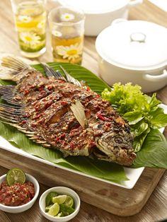 Ikan Gurame Bakar Cobek (Indonesian food) Fish Recipes, Seafood Recipes, Asian Recipes, Healthy Recipes, Indonesian Food Traditional, Indonesian Cuisine, Roast Fish, Spicy Dishes, Weird Food