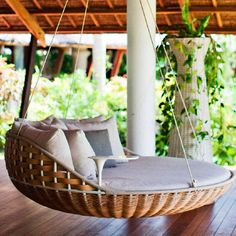 Enjoy luxurious loafing. Here's a hanging lounger that you can suspend on terrace, veranda or even over a lake and relax.